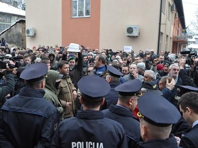 Bihać: Demonstranti bezuspješno pokušali probiti kordon policije, zgradu vlade gađali jajima